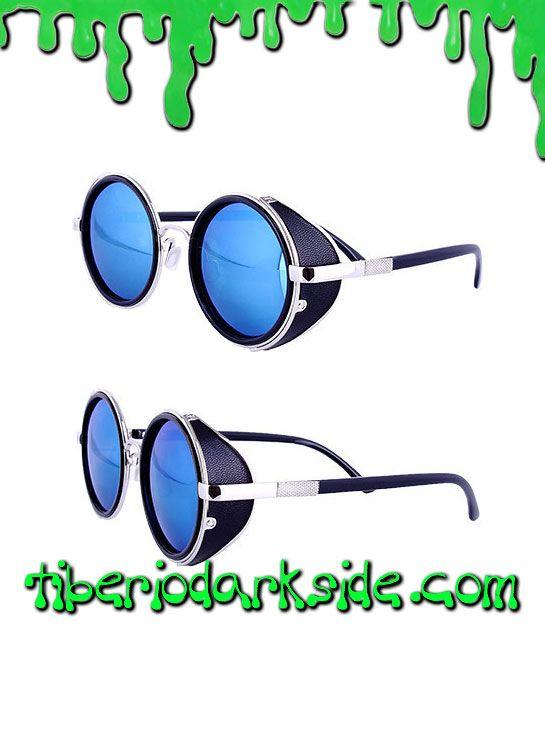 BLUE WARRIOR STEAMPUNK GLASSES  Gafas steampunk con cristales redondos de color azul, protectores laterales de polipiel imitación cuero y montura con apliques plateados. Son unisex. Tienen protección UV-400 y certificado de la CE. Se envía con bolsa de microfibra negra para guardarlas.  COLOR: AZUL TALLA: ÚNICA  TAMAÑO: 13,5 cm ancho x 5 cm alto, patillas 15,5 cm