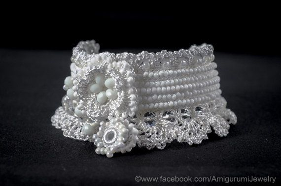 FABRIQUÉS À LA COMMANDE: 3-5 JOURS  Crochet de manchette mariage dans la couleur blanche pure de microfibre fil. Ce magnifique bracelet est orné dune fleur au crochet de perles, perles de verre, perles en cristal clair et blanc. Le bouton est blanc perle en plastique. Ce bracelet peut être soigneusement lavé à leau savonneuse, puis étendu à sécher sur une surface plane, protégée du soleil (Voir nettoyage à livraison & conditions)  Mensurations :  Habituellement je le fais avec cette longueur…