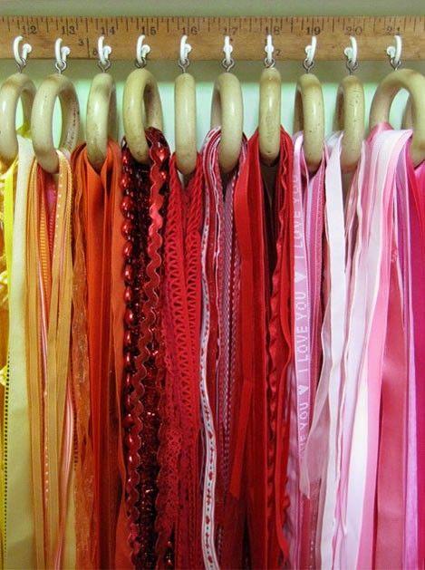 Anneaux de rideau comme support à foulards.