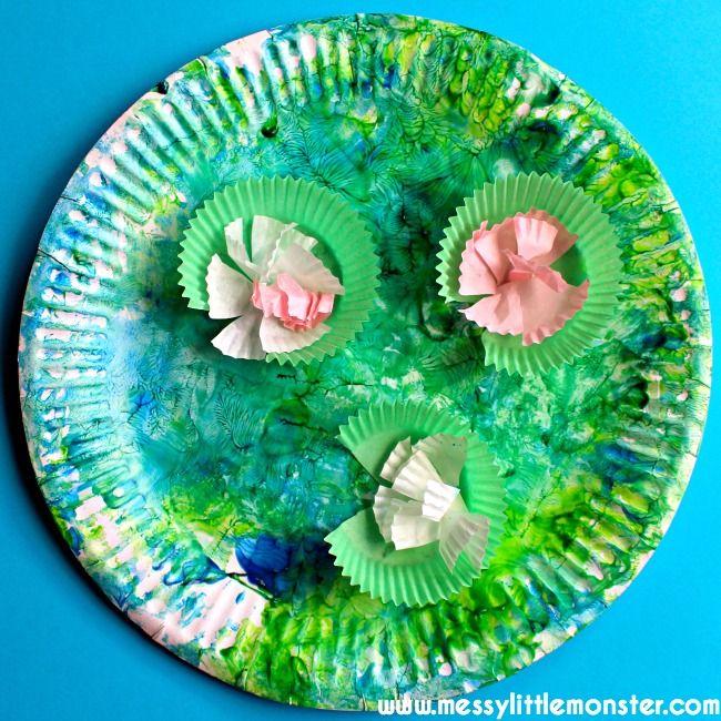 Um prato de papel lagoa e nenúfares embarcação para crianças e pré-escolares. Explorar artistas famosos com crianças. Claude Monet inspirou nenúfares.