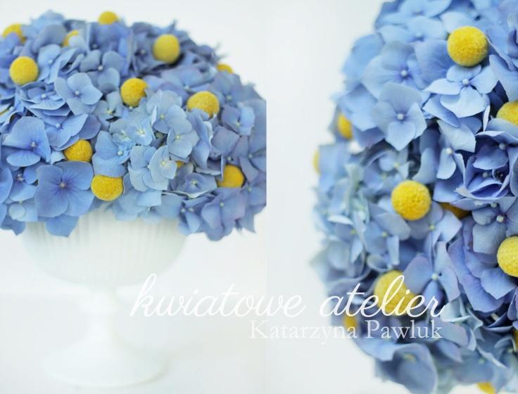 Dekoracja z niebieską hortensją i kraspedią