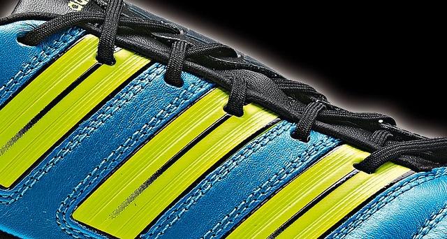 Die Adidas AdiPower Predator Fußballschuhe in einer Detailansicht     Thiết kế : 3,5/5 – Thiết kế lạ và trong khá bắt mắt với những sọc 2 bên và đầu mũi giày. Một thiết kế rất riêng của Adidas.  http://thethaovip.vn/category/giay-da-bong/  Thoải mái: 4/5 – Một trong những đôi giày đá bóng tốt nhất nhưng chưa đạt đến sự hoàn hảo.  Đôi giay da bong  thực sự mềm, tạo cảm giác thoải mái cho đôi chân.