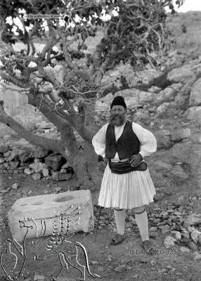 Porträt eines Mannes in Tracht unter einem Feigenbaum Paros (Regionalbezirk), Paros.  Nachlass Alfred Schiff (1863-1938); Uni-Koeln