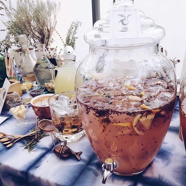 { Vodka Lemonade con hielos de lavandas } Ingredientes:  Jugo de limón, cáscara de limón, syrup o almibar, agua con gas, vodka, hojas de albahaca y cubitos de flores de lavanda