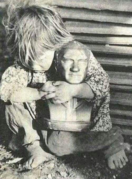 Hocalı katliamı sırasında Atatürk'ün heykeline sımsıkı sarılan bir Azerbaycan Türk evladı...