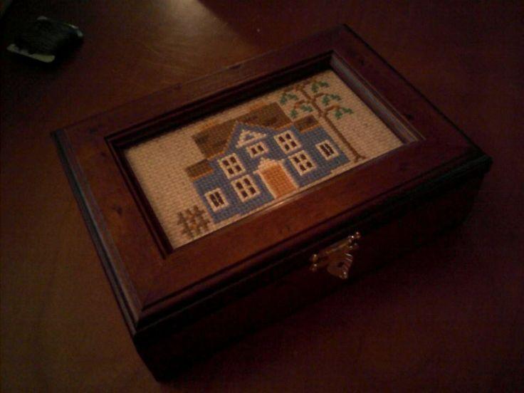 Scatola in legno con inserto ricamato a punto croce , porta carte da gioco o gioielli
