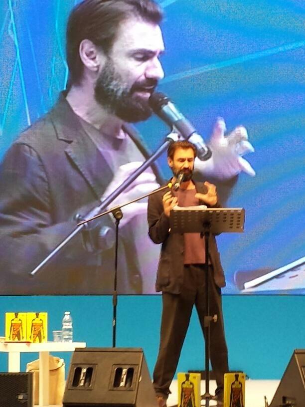 In silenzio ad ascoltare un gigantesco Fabrizio Gifuni dare voce a Julio Cortázar.