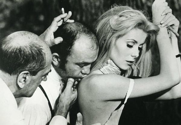 Luis Buñuel dando indicaciones en el rodaje de 'Belle de Jour'