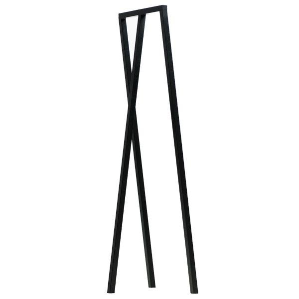Loop Stand -kokelma on osa Leif Jørgensenin Haylle suunnittelemaa huonekalumallistoa, joka koostuu peruskäyttöisistä huokeahintaisista huonekaluista. Loop-jalustat ovat yksinkertaistettu kolmijalkainen versio perinteisistä pukkijaloista.