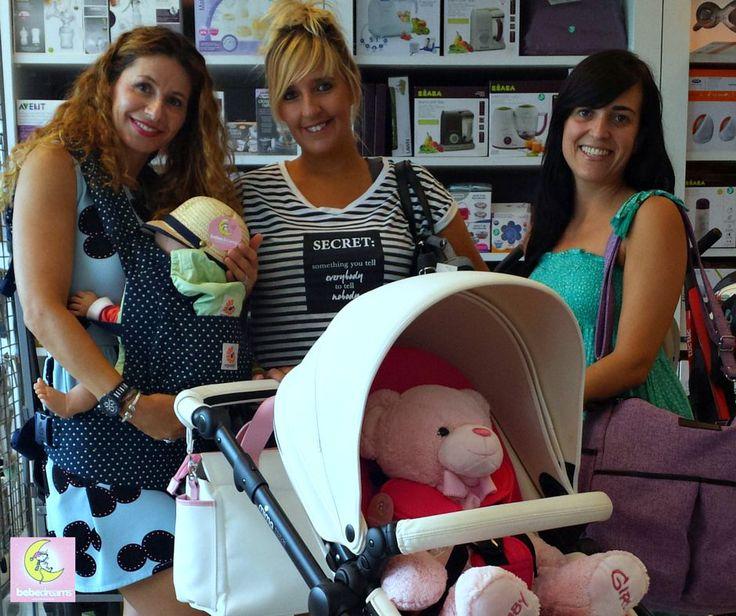 Ana, Mar y Natalia cargadas con algunos de los productos que podrás encontrar en nuestra tienda. ¿Se puede ser más fashion?