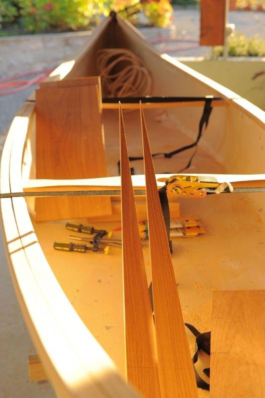 Très beau canoe coque alu, pont chêne, en cours de rénovation complète.Sera loué avec ses pagaies et gilets de sauvetage enfants....patience... C'est magnifique et c'est exclusivement sur www.placedelaloc.com !