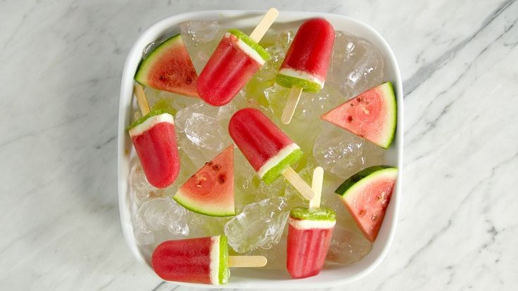 Receita com instruções em vídeo: Esse lindo e delicioso picolé de melancia vai te refrescar no verão! Ingredientes: 5 xícaras de melancia em cubos, 2 folhas de couve, 1 colher de chá de gengibre picado, 3 colheres de sopa de mel, 1 copo de suco de laranja, ½ xícara de iogurte natural, 1 colher de chá açúcar