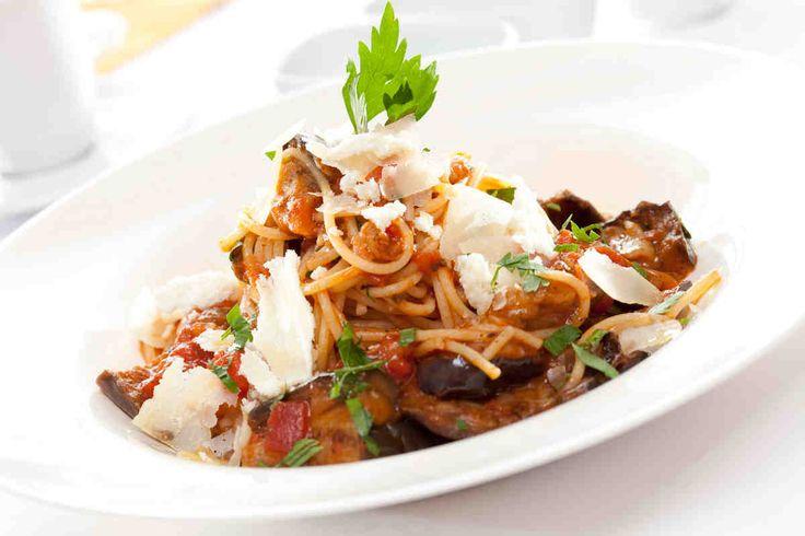 Spaghetti ze smażonym bakłażanem i świeżymi pomidorami #smacznastrona #przepisytesco #spaghetti #pasta #bakłażan #pomidory #pycha