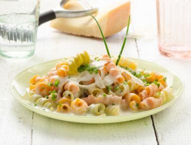 Nudeln mit Käsesauce - Rezept Pasta mit geschmolzenem Käse und cremiger Sauce.