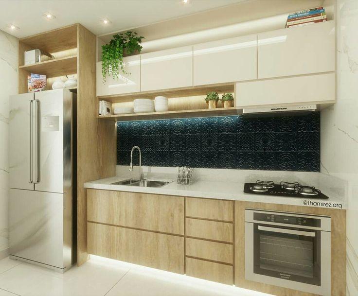 Cozinha pequena com revestimento azul. Autoria Instagram  @thamirez.arq