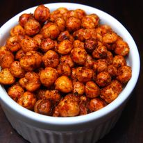 Fűszeres sült csicseriborsó - Hozzávalók:  Csicseriborsó (száraz vagy konzerv)  olaj  só  fűszerek (tetszés szerint)  + chili (pikáns íz miatt)