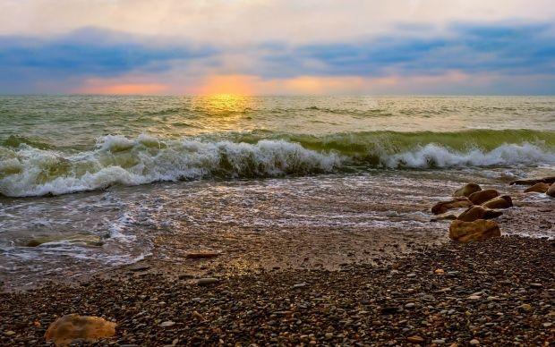 Фото Волна набегает на галечный пляж