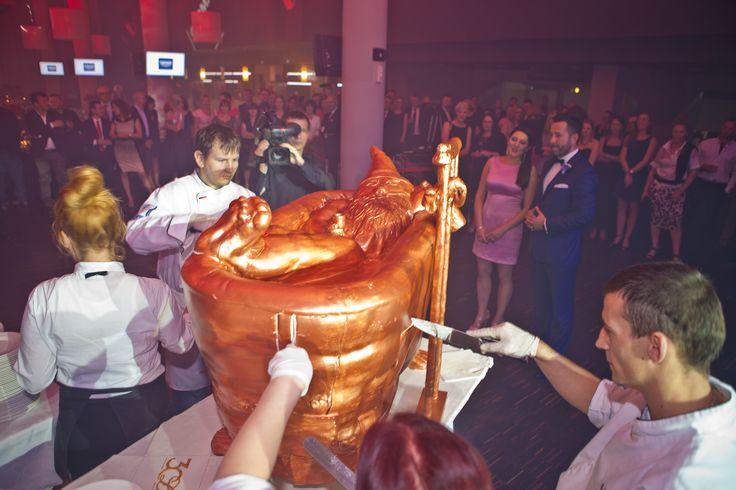 Tort urodzinowy Cermagu w kształcie wanny stał się gwiazdą tego wieczoru. W środku - relaksujący się krasnal, który niedawno zagościł w Cermagu.