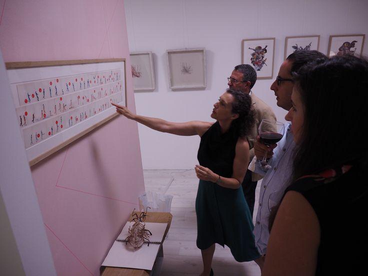 Hoy os presento a Mari García, artista Malagueña.  Su trabajo aparentemente sencillo, está lleno de mensajes y pequeñas historias. En la foto que os muestro, Mar Tello, comisaría de Collage, está explicando algunos de los mensajes que hay en la obra que tenemos en Etual Interiorismo Arte.