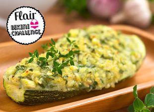 De courgette is een groente die weinig calorieën maar veel vitaminen bevat! Courgettes zijn familie van de komkommer en bestaat dan ook 92% uit water. In dit recept voor 2 personen wordt het vruchtvlees weggehaald en gevuld met mozzarella! Smikkelen…