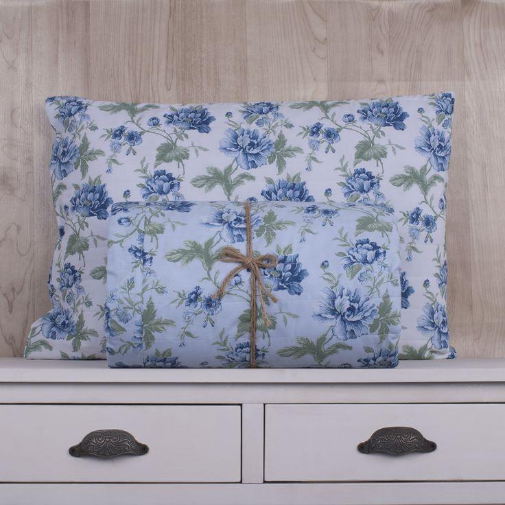 Quilt de 200 hilos, diseño Flores celestes. Contiene una sábana ajustable, sábana superior y fundas de almohadas. Colección Indira.