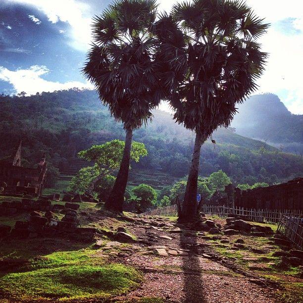 Khmérský chrámový komplex Vat Phou je součástí velmi dobře zachované kulturní krajiny, vyprojektované před více než 1. tisícem let. Rozložení chrámů a ostatních budov se řídí osou, která vede od vrcholu hory Phou Kao ke břehům řeky Mekong a naplňuje tak hindskou vizi vztahu mezi přírodou a lidstvem. Součástí památky je i hora Phou Kao a dvě města na břehu řeky Mekong. Celek představuje vývoj oblasti Champasak v 5. – 15. století.