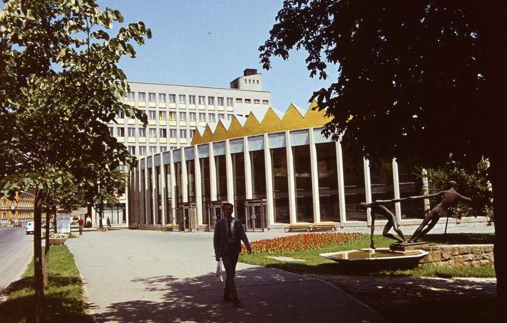 Görgey Artúr utca (Felszabadítók útja), szemben a SZOT székház, jobbra a Rónai Sándor művelődési központ, előtérben Kiss Sándor \
