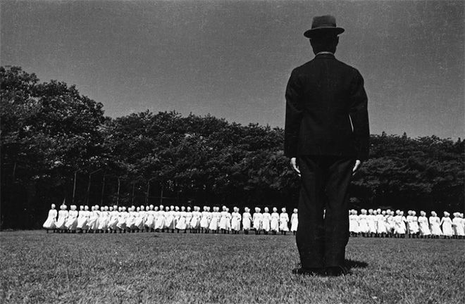 Domon Ken - Esercitazioni delle crocerossine, Azabu, Tokyo, 1938 (Ken Domon Museum of Photography)