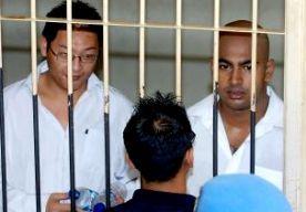 25-Apr-2015 13:47 - INDONESIË EXECUTEERT AUSTRALIËRS OVER DRIE DAGEN. De twee Australische mannen die in Indonesië in de dodencel zitten voor drugsdelicten hebben te horen gekregen dat ze over drie dagen geëxecuteerd zullen worden, melden Australische media. De executie moet 72 uur van tevoren worden aangekondigd. De terechtstelling is al een aantal keer uitgesteld, onder meer vanwege de nieuwe rechtszaak die de Australiërs probeerden te beginnen. Er is veel internationale kritiek...