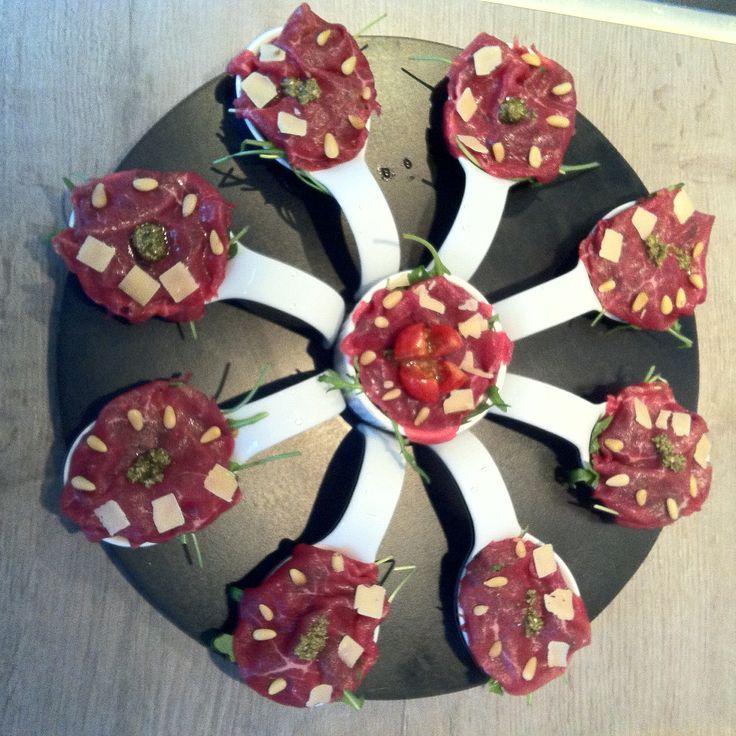 Amuse: carpaccio op een bedje van rucola, mooi opgemaakt op een amuse lepel