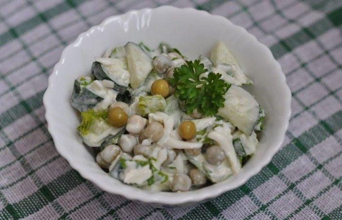 Салат с горошком, яйцом и огурцом http://mirpovara.ru/recept/3133-salat-s-goroshkom-yajcom-i-ogurcom.html  Салат с горошком, яйцами и огурцом - свежее блюдо с приятным гармоничным вкусом. Салатик полезный и ...  Ингредиенты:  • Яйцо отварное - 3шт. • Горошек консервированный - 400г. • Огурец - 350г. • Листья салата - 1пуч. • Сметана - по вкусу • Соль - по вкусу  Смотреть пошаговый рецепт с фото, на странице:  http://mirpovara.ru/recept/3133-salat-s-goroshkom-yajcom-i-ogurcom.html