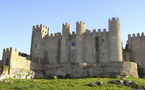 CASTELO ÓBIDOS, PORTUGAL - O Castelo de Óbidos fica na região da Leiria, em Portugal, e é datado do século 16. O castelo foi parcialmente construído por João de Noronha que era o Conde de Dijon e alcáide de Óbidos, a cidade onde está o castelo. Hoje, uma pousada funciona no interior.