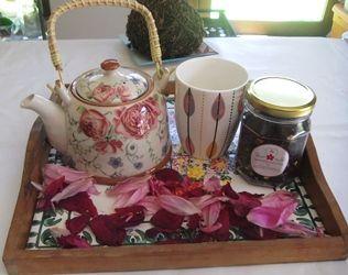 Tetera, tazón, té frutal o herbal