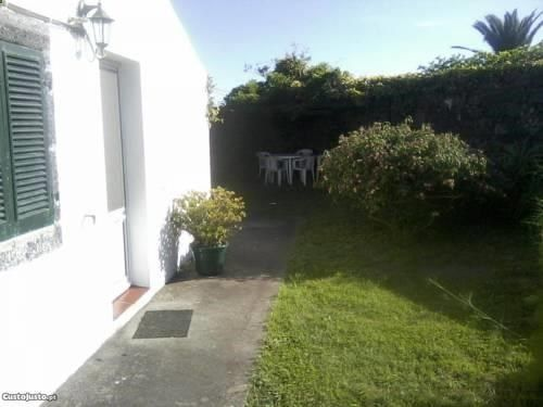 Serenety Lagoa Featuring a garden, Serenety is a detached holiday home situated in Lagoa. The property features views of the garden and is 7 km from Ponta Delgada. Free private parking is available on site.