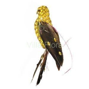 Złoty sokół - połyskująca ozdoba choinkowa z VillaFlora.pl. Skrzydła i ogon ptaszka są wykonane z naturalnych piór.