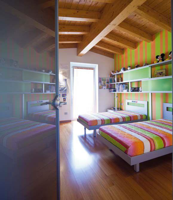 Rešitve :: Sodobno opremljena mansarda pod lesenim tramovjem dominstil.si