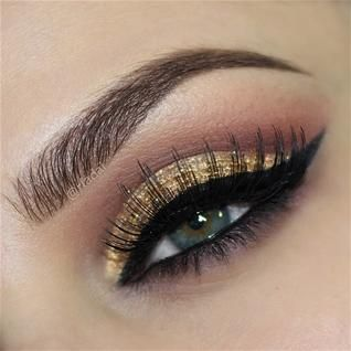 Gorgeous look by @rfadai - adore the gold glitter - discover what she used on WWW.PAMPADOUR.COM #wingedliner #glitter #holiday #eotd