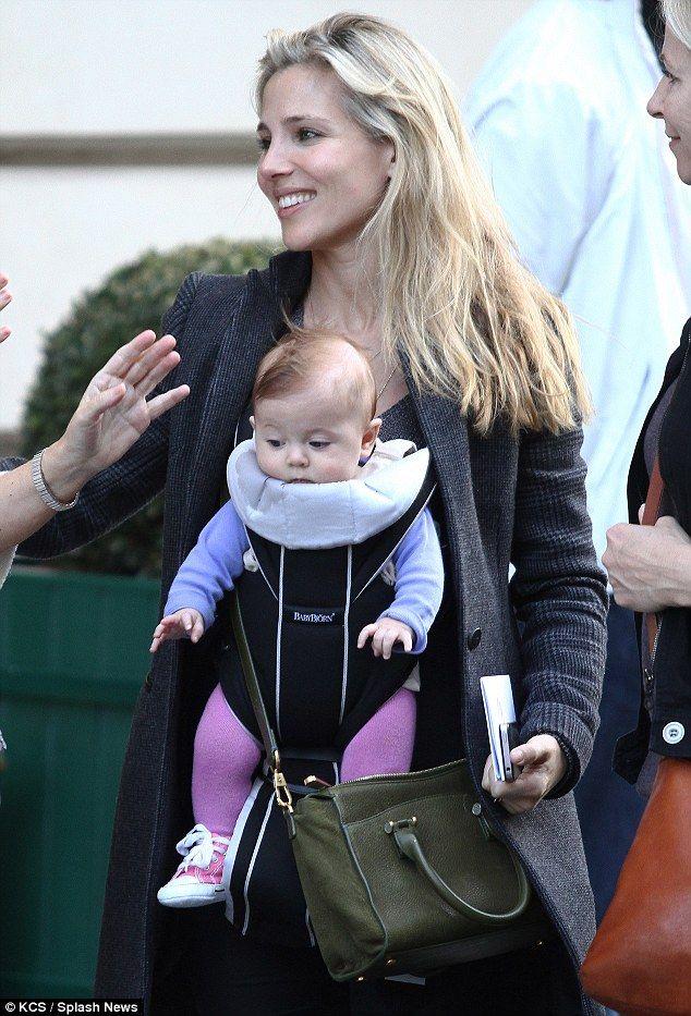 Elsa Pataky lleva la mochila Miracle Soft Cotton Mix de BabyBjörn en color negro/plata que puedes comprar en www.somospapas.com/babybjorn