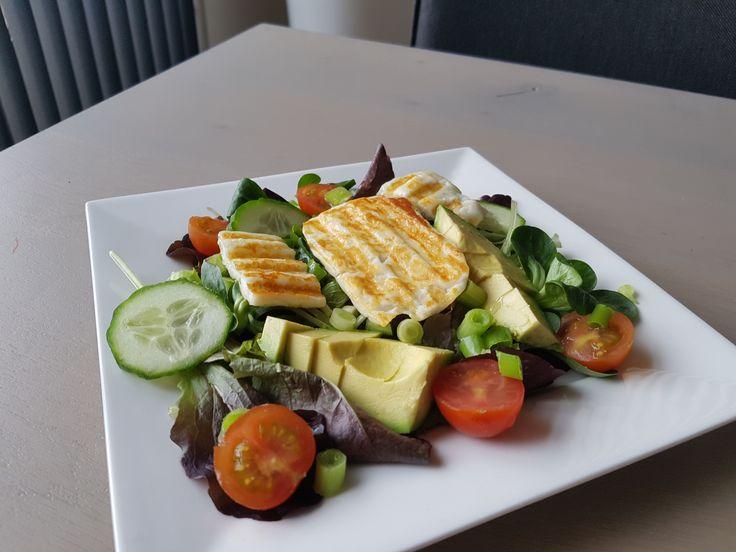 Introductie: Een lekker koolhydraatarm hoofdgerecht, Griekse salade van gegrilde halloumi. Halloumi is een kaas gemaakt van een mengsel van schapen- en geitenkaas, en soms wordt er nog koeienmelk aan toegevoegd. Het fijne van halloumi is dat het een heel hoog smeltpunt heeft. Hierdoor is het ideaal om te grillen of frituren, waardoor een heerlijk smaakje …