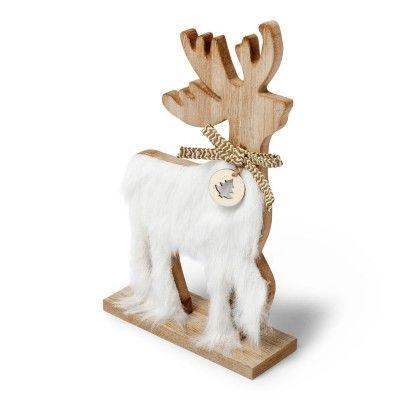 Ce très joli cerf en bois avec sa fourrure blanche et son noeud doré orné d'un petit médaillon avec un sapin trônera fièrement au centre de votre table de fêtes !   Idée déco : créez une ambiance scandinave en associant ce cerf de très belle qualité avec d'autres décorations de Noël en bois comme les bougeoirs étoiles et flocons ou bien encore les marque-places sapins.