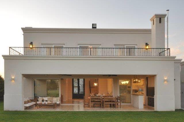 Mirá imágenes de diseños de Casas estilo clásico}: fachada contrafrente. Encontrá las mejores fotos para inspirarte y creá tu hogar perfecto.