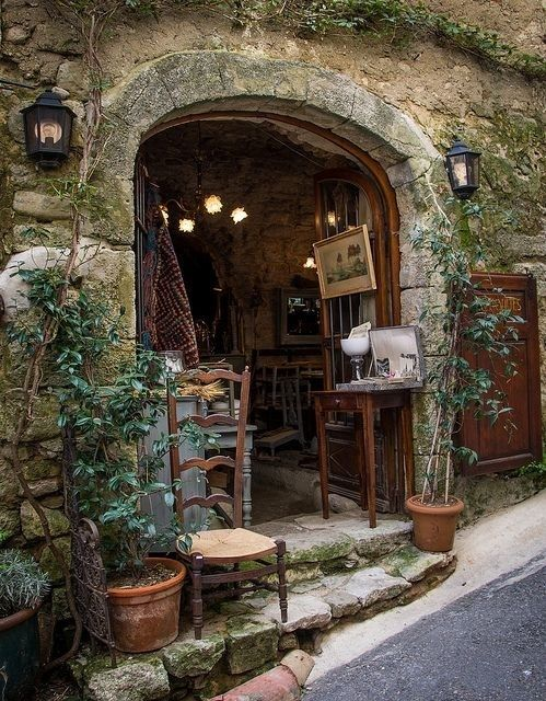 Bonnieux Antique Shop in Provence -I lovee how alot of the shops are just 'a little hole on the wall' (^ー^) I want to go everywhere in France!