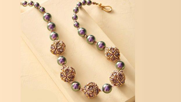 Ожерелье из бусин и бисера