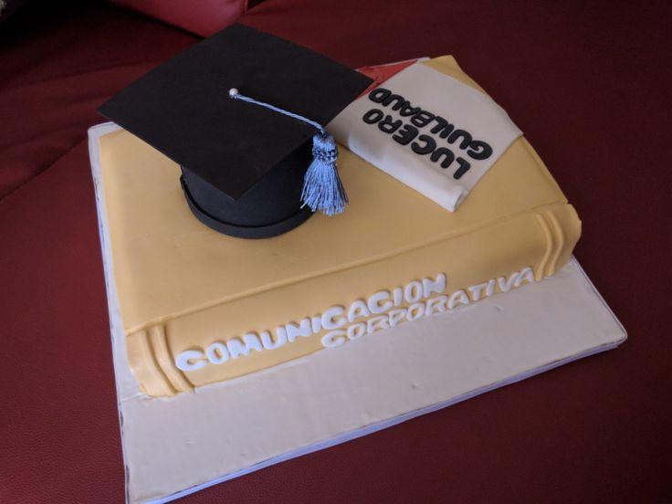 Bizcocho de graduación: libro + virrete de papel fieltro + nombre de carrera + nombre de graduando