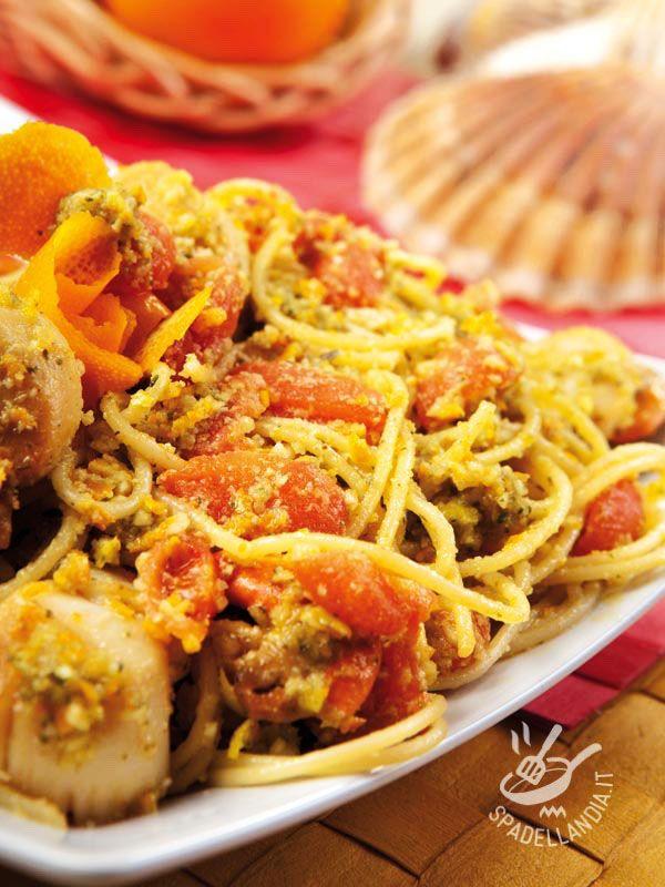 Gli Spaghetti con capesante al pesto di agrumi sono un primo di mare davvero delizioso. Un modo per cucinare questi molluschi in modo diverso! #spaghetticoncapesante