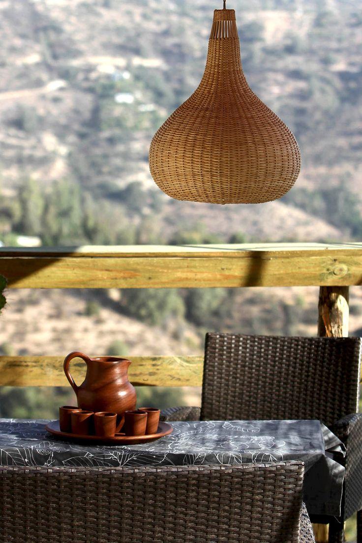 Lámpara pera hecha en mimbre de Chimbarongo y jarra y vasos de greda de Pomaire. Chilecaray