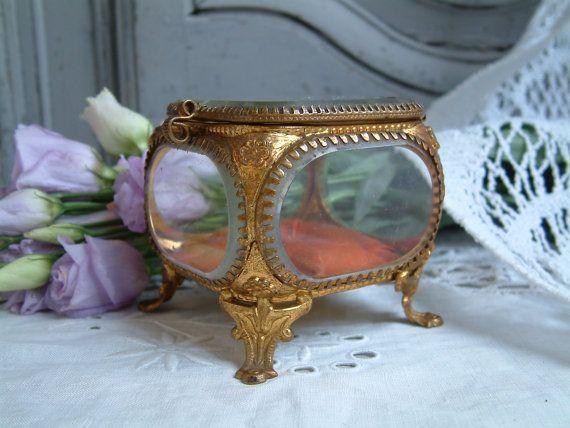 Antieke Franse schuine glazen sieraden doos. Snuisterijdoosje.