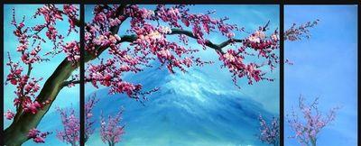Roze bloesem met berg
