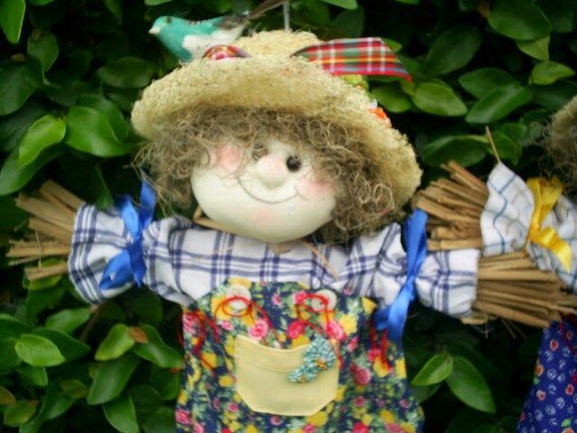 Espantalho de jardim em palha e algodão.  Criação de Eliane Lago