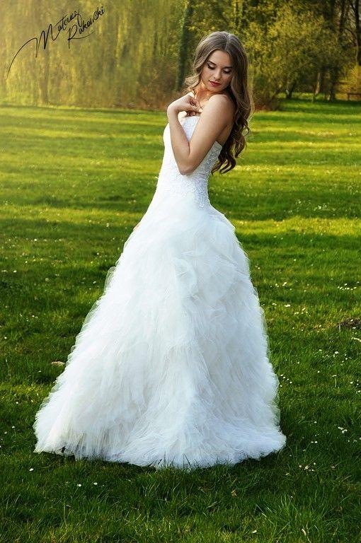 Nasze #suknie ślubne# w przepięknej scenografii kórnickiego zamku i majowych magnolii. Tutaj #tiulowa# suknia ślubna model 1203.  Zdjęcia: Mateusz Rakowski Fotografia